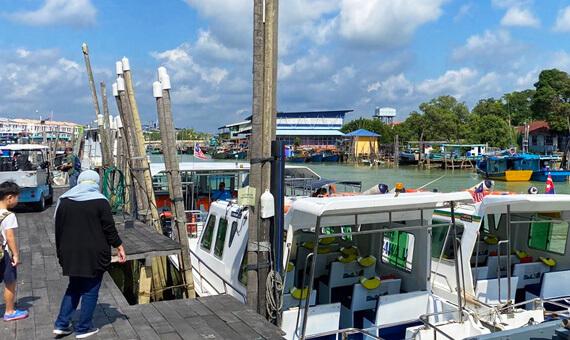 メルシンのボート乗り場。ここからラワ島へ。