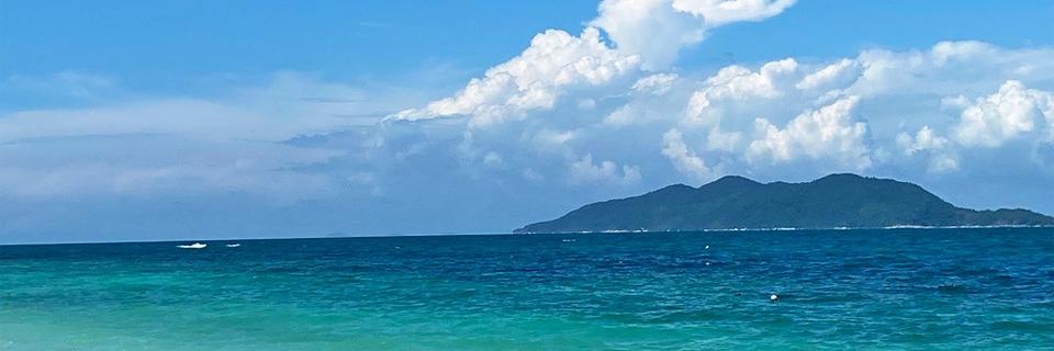 ラワ島の澄んだ海でシュノーケリングが楽しめます。